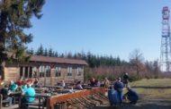 Jarní slunce svítilo turistům při výstupu na Kozlovský kopec